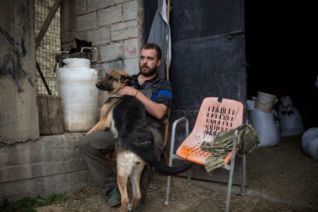 Andreas si prende una pausa dal lavoro insieme al suo cane.