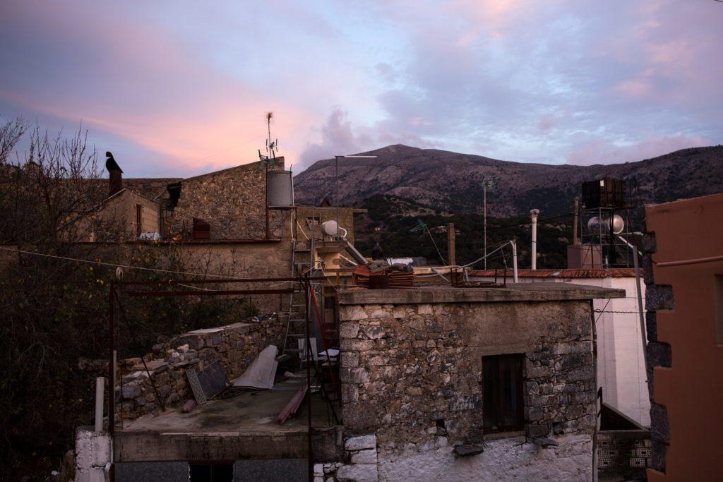 La vista dalla casa di Kosti e Iro sui tetti del piccolo villaggio di Mesa Lasithi.