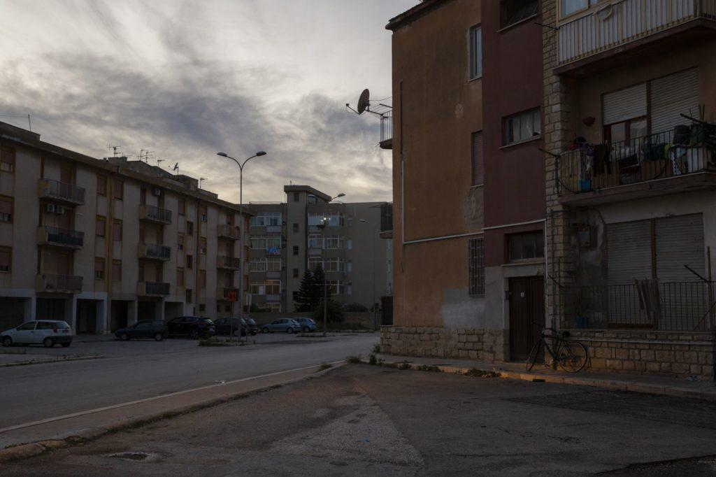 Le Sud de la ville de Marsala est l'un des points de fuite du trafic de drogue de l'Ouest de la Sicile. Le site d'information de Di Girolamo couvre le sujet depuis 2017. En juillet 2018, il a reçu des menaces de mort de la part de trafiquants.