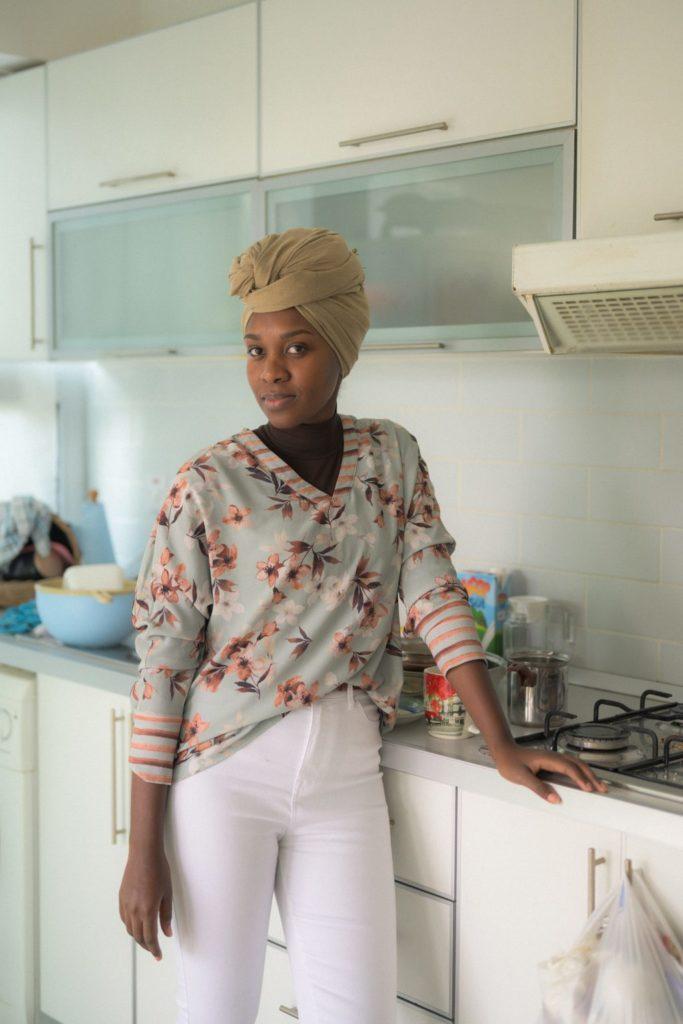 Suada (35), aus dem Sudan und Ägypten, studiert in Nordzypern für einen Master in Englisch. Ohne ein Visum kann sie ihrem Mann, einem mosambikanischen Arzt in der Türkei, nicht näherkommen. Sie unterrichtet von zu Hause aus in einem virtuellen Klassenzimmer Englisch für chinesische Kinder.