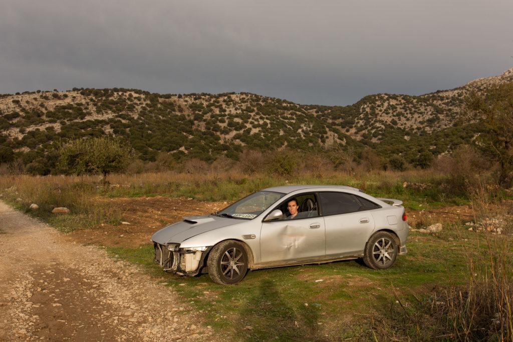 Iro Peponis (25) nella sua macchina vicino al villaggio di Mesa Lasithi. Il paese si trova nella parte orientale di Creta sull'altopiano di Lasithi, a 850 metri sul livello del mare.
