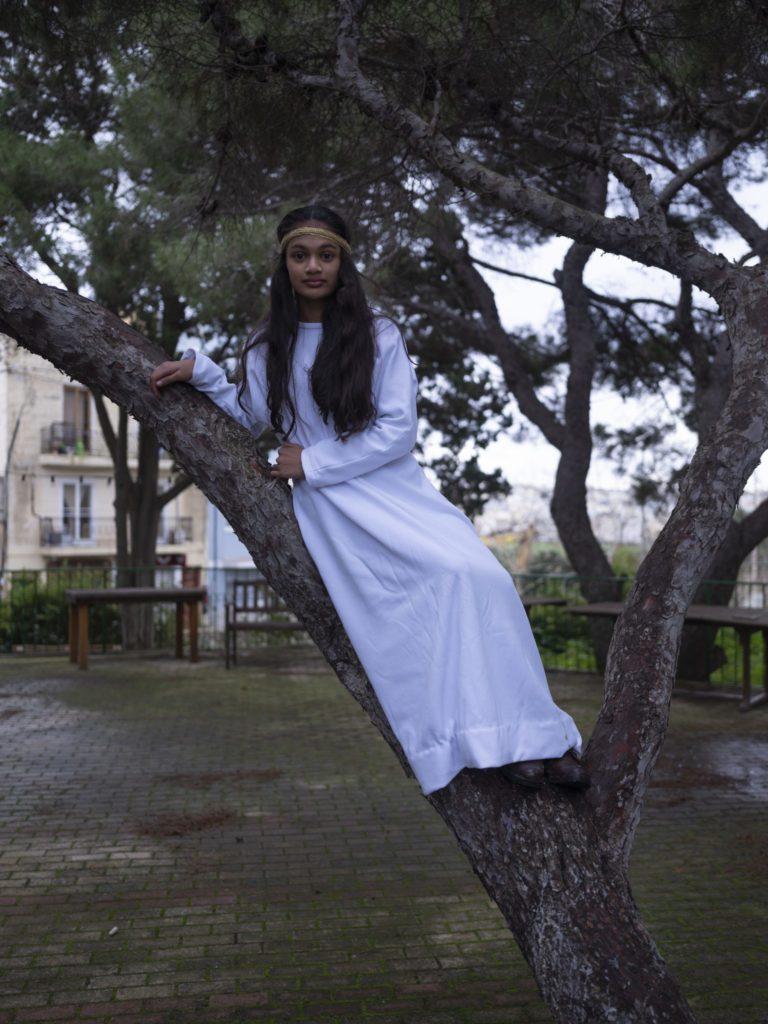 Une jeune femme pose comme un ange pour la crèche vivante dans le village de Mtarfa, dans l'Ouest de l'île.