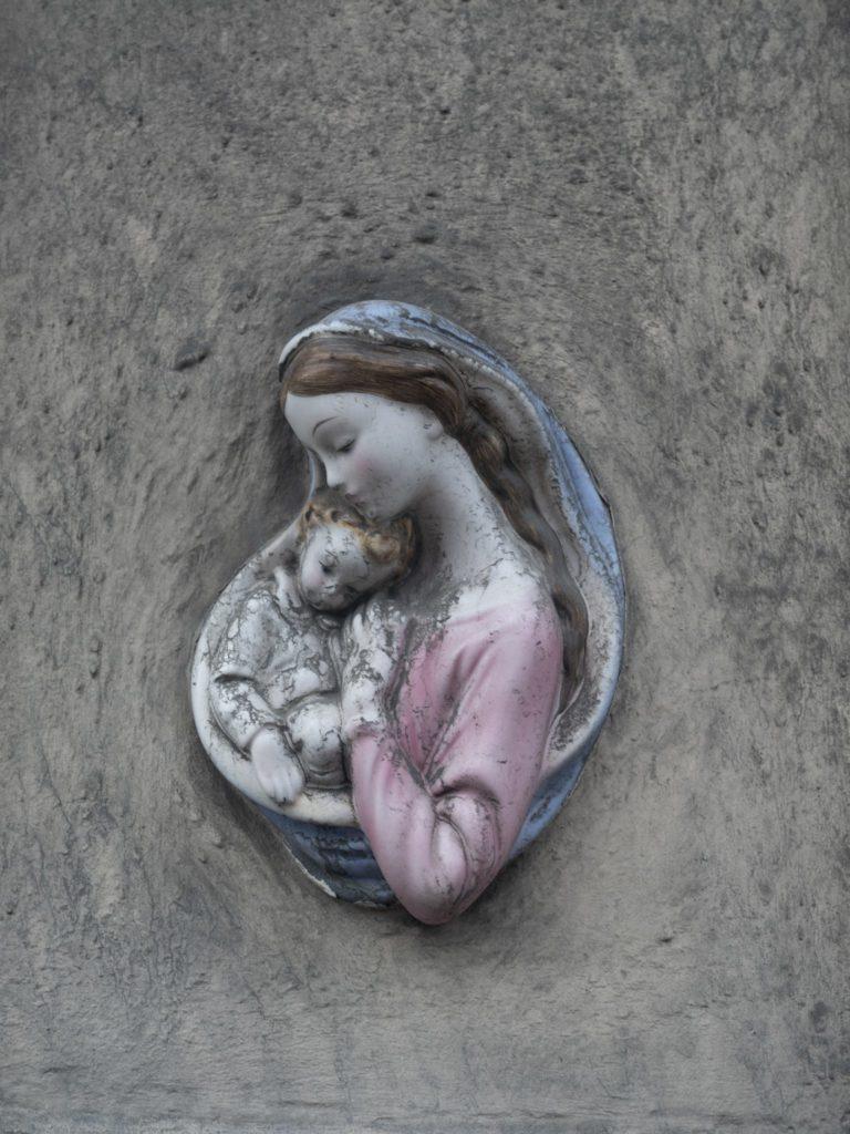 Secondo un sondaggio di Malta Today, il 90 per cento della popolazione maltese si identifica come cattolica. Due terzi delle scuole dell'isola sono gestite dalla Chiesa. Di conseguenza, l'idea che l'aborto sia un omicidio è, in formalmente, parte del codice educativo.