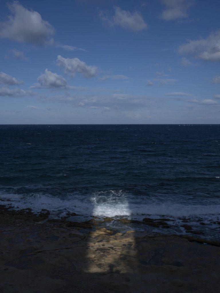 Sonnenlicht über dem Mittelmeer. Julie Borg hat das Leben auf Malta immer genossen, bis es zu einer Bedrohung für ihr Gesundheit wurde.