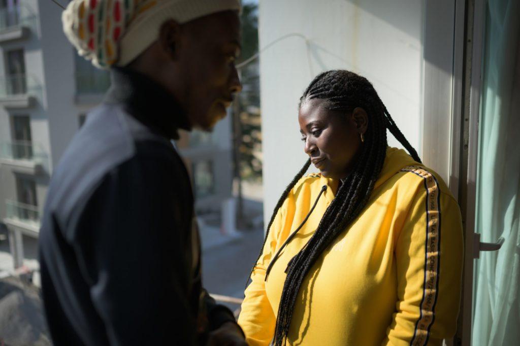 """Dorcas (18) kam vor einem Monat aus Kinshasa, Demokratische Republik Kongo (DRK), nach Girne. Sie teilt sich eine kleine Wohnung in einem Wohnhaus mit anderen kongolesischen Studenten. """"Ich nehme Vorbereitungsklassen in English, dann möchte ich Wirtschaft studieren. Zumindest habe ich hier die Möglichkeit zu studieren, im Gegensatz zum übrigen Europa. Der Rassismus richtet sich nicht gegen Männer, sondern nur gegen Frauen, glaube ich."""""""