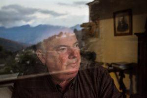 Pantaléon Alessandri (65) ist ein ehemaliges Mitglied der FLNC, einer militanten Gruppe, die sich für die Unabhängigkeit Korsikas einsetzt. Die Organisation hat kürzlich die Einstellung ihres bewaffneten Kampfes angekündigt, war aber nach ihrer Gründung 1976 sehr aktiv. In den letzten Jahrzehnten waren sie für Bombenanschläge gegen Symbole des französischen Staates, schwere Übergriffe, bewaffnete Banküberfälle und Erpressungen verantwortlich.